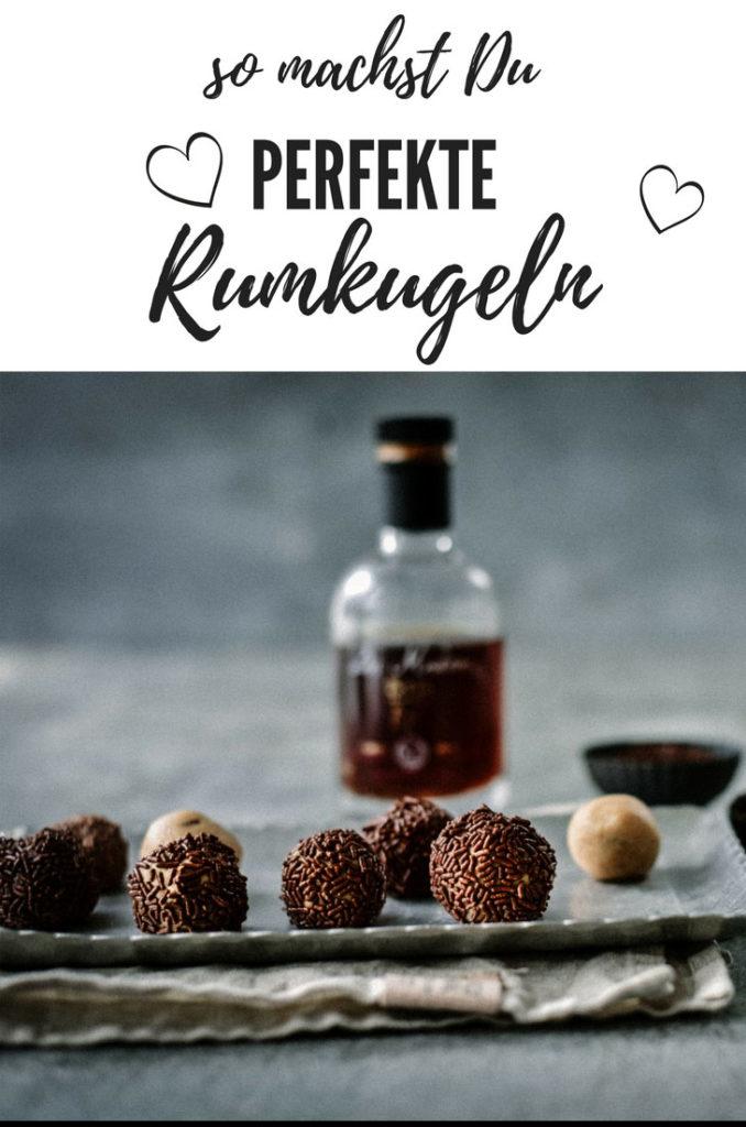 """Köstliche Rumkugeln selbstgemacht aus drei Zutaten - mit diesem einfachen Rezept gelingt es. Die kleinen Rumkugeln, oder sollte man besser """"Rumpralinen"""" sagen, sind auf unserer Kaffeetafel jedenfalls ein gern gesehener Gast."""