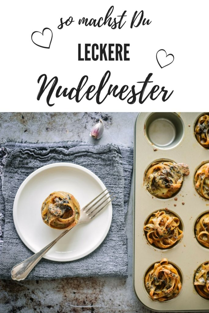 Wer sagt das ein emanzipiertes Muffinblech nur Muffins toleriert? Diese Nudelnester werden ganz einfach im Muffinblech gebacken. Ein echter Hingucker auf jedem Brunch und toll im Picknickkorb. Meine Kinder lieben Nudelnester auch in ihrer Lunchbox.