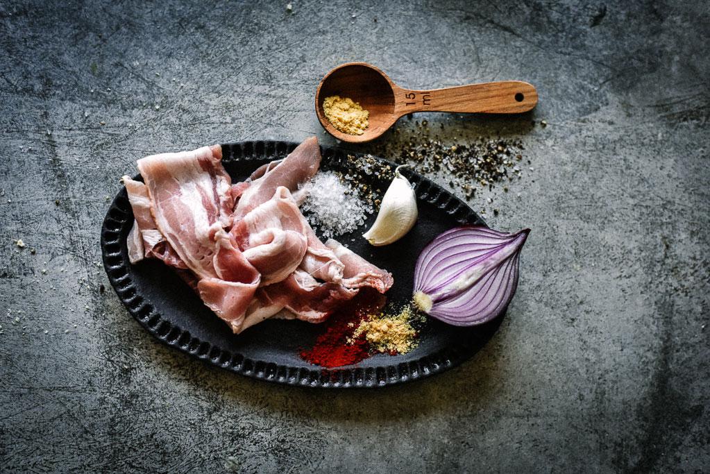 Bacon Jam Rezept klingt nicht nur nach Geschmacksbombe. Bacon Jam ist pures Umami im Glas! Das beste daran: es ist ganz einfachzuzubereiten und in einer guten Stunde fertig. Lecker!