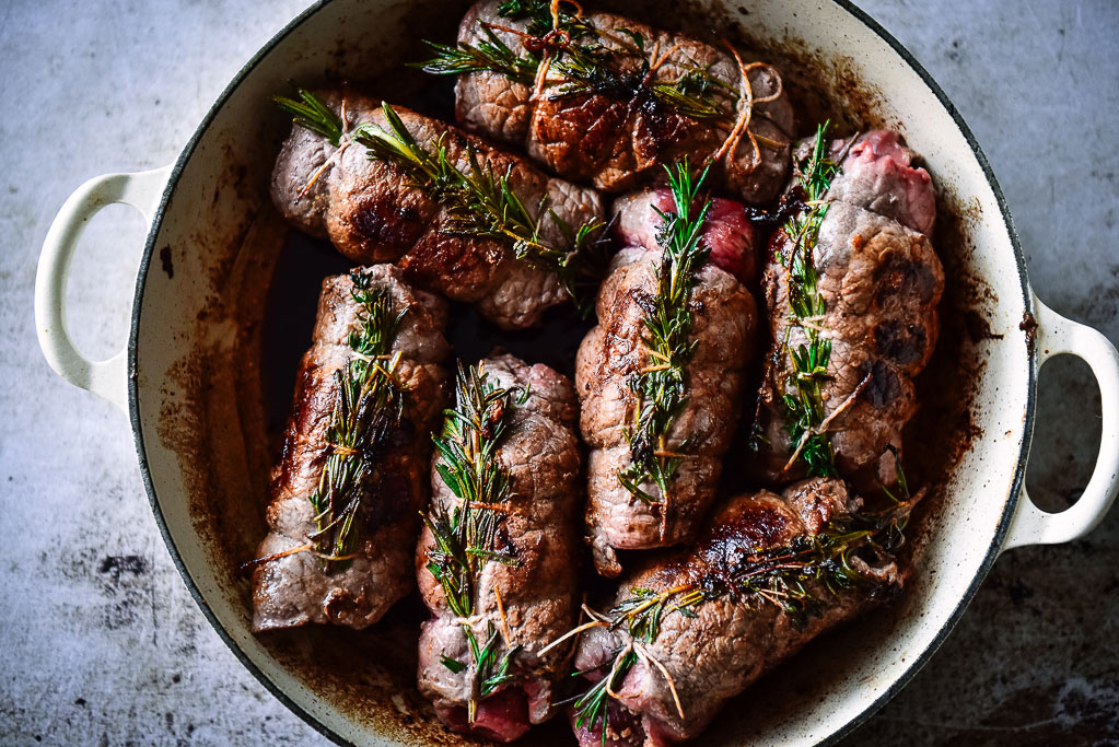 Rinderrouladen gefüllt mit Speck, Zwiebel und Gewürzkurke kennt fast jeder aus Kindertagen, oder? Sie gehören zu den meist gekochten Gerichten Deutschlands. Passend zur Adventszeit präsentiert sich die typische Hausmannskost heute mit weihnachtlicher Würze