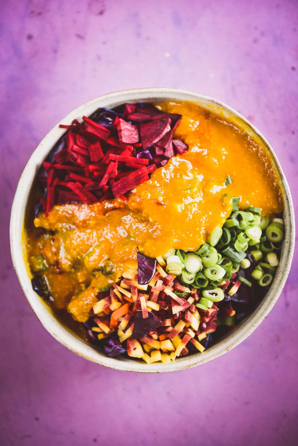 Rotkohl Kimchi ist eine köstliche Variante zum koreanischen Kimchi. Kurkuma gibt ein besonders tollen Geschmack und eine Extraportion Vitalstoffe