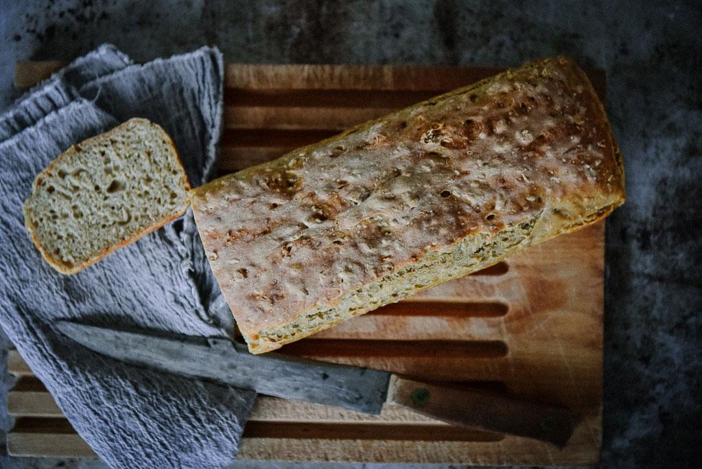 Sauerteig selber ansetzen ist kinderleicht. So backst Du bald die besten Brote bekömmlich und lecker selbst. Einfache Schritt für Schritt Anleitung.