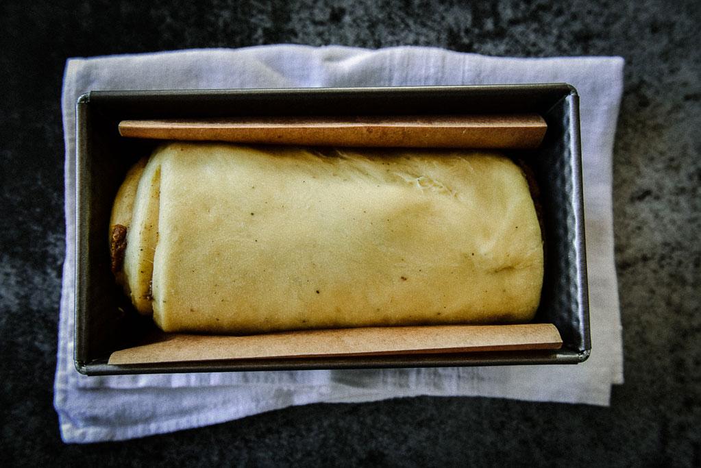 Einfaches Rezept für wundervoll buttriges Honig Brioche mit Kardamom und Pistazienfüllung. So gelingt Dir Dein Brioche so perfekt wie in Frankreich.