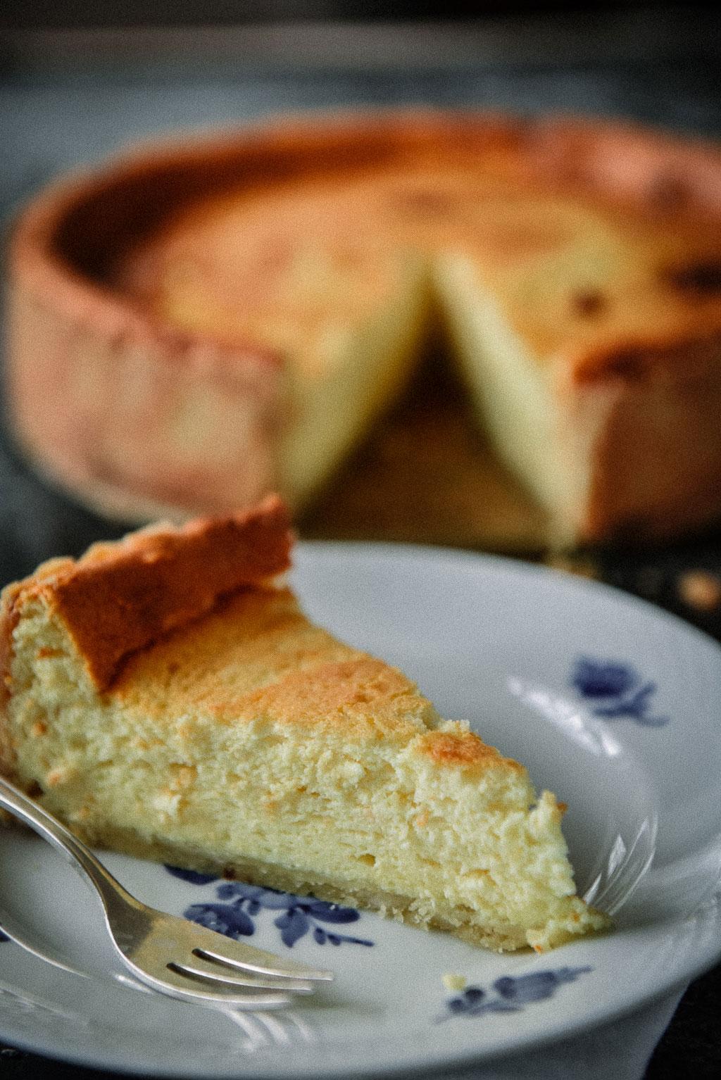 Der beste Käsekuchen mit Mürbeteig und köstlicher Quarkfüllung. Ein einfaches Käsekuchenrezept mit vielen Tipps für den Klassiker unter den Sonntagskuchen