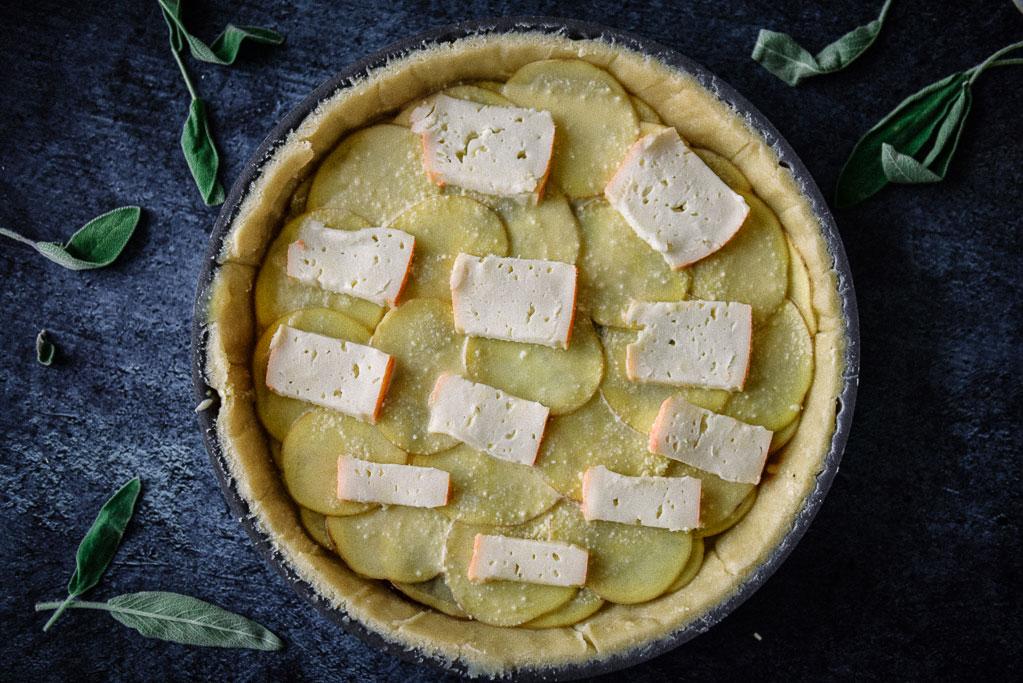 Kartoffeltarte einfach unwiderstehlich mit karamellisierten Zwiebeln. Ein tolles Rezept mit Schritt für Schritt Anleitung und vielen Bildern