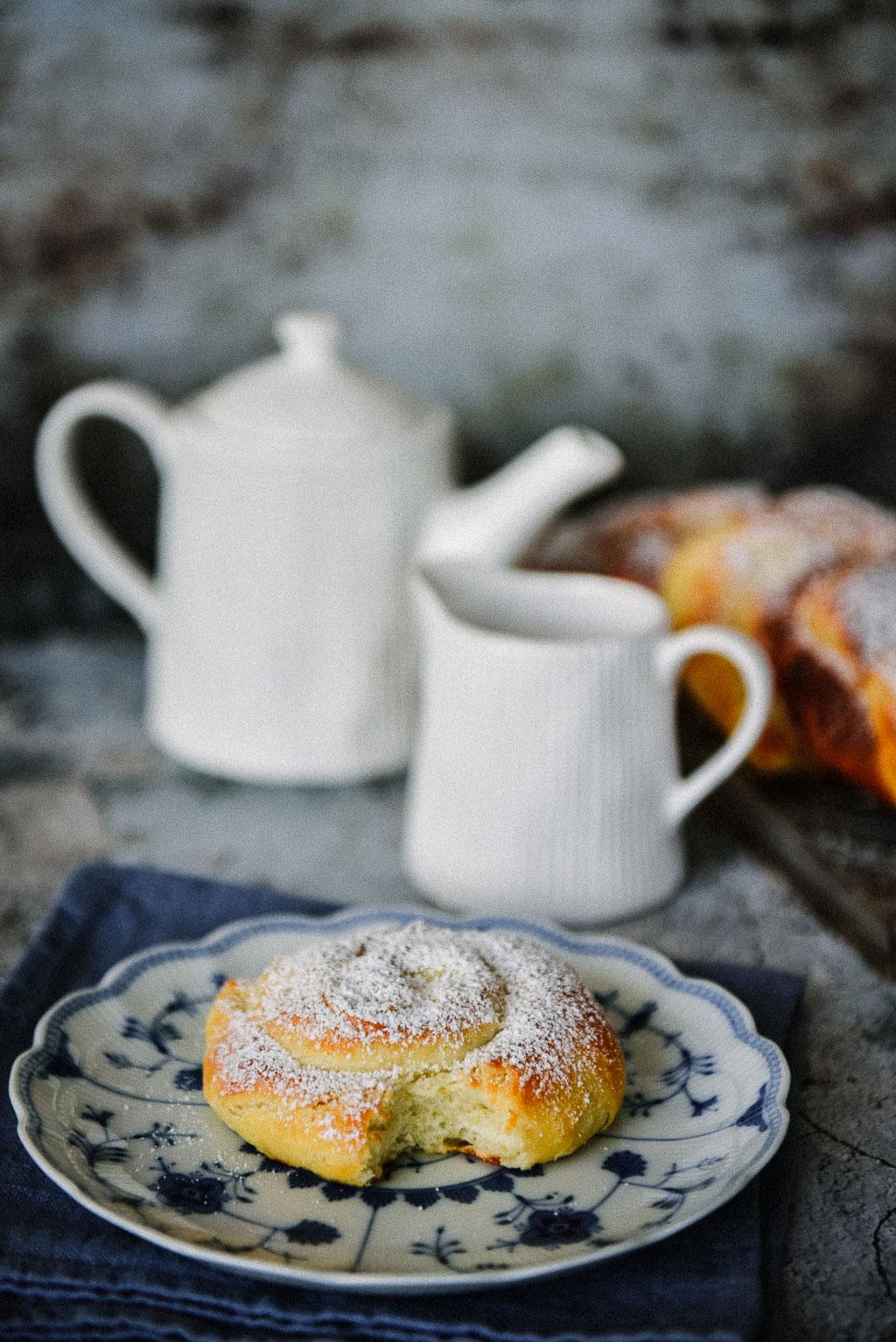Dieses Ensaimada Rezept mit Hefe sorgt für herrlichen Duft in der Küche und wehmütige Kindheitserinnerungen. Ein Frühstück auf Mallorca ohne eine frische Ensaimada? Undenkbar! Die fluffigen Hefeschnecken gehören zur Insel wie das Croissant nach Frankreich.