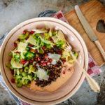 Stangensellerie-Fenchel-Salat mit Fenchel ist superschnell gemacht, mega gesund und ein echter Fatburner. Mit den Linsen hast Du direkt noch eine hochwertige Eiweissquelle und eine Handvoll komplexe Kohlehydrate