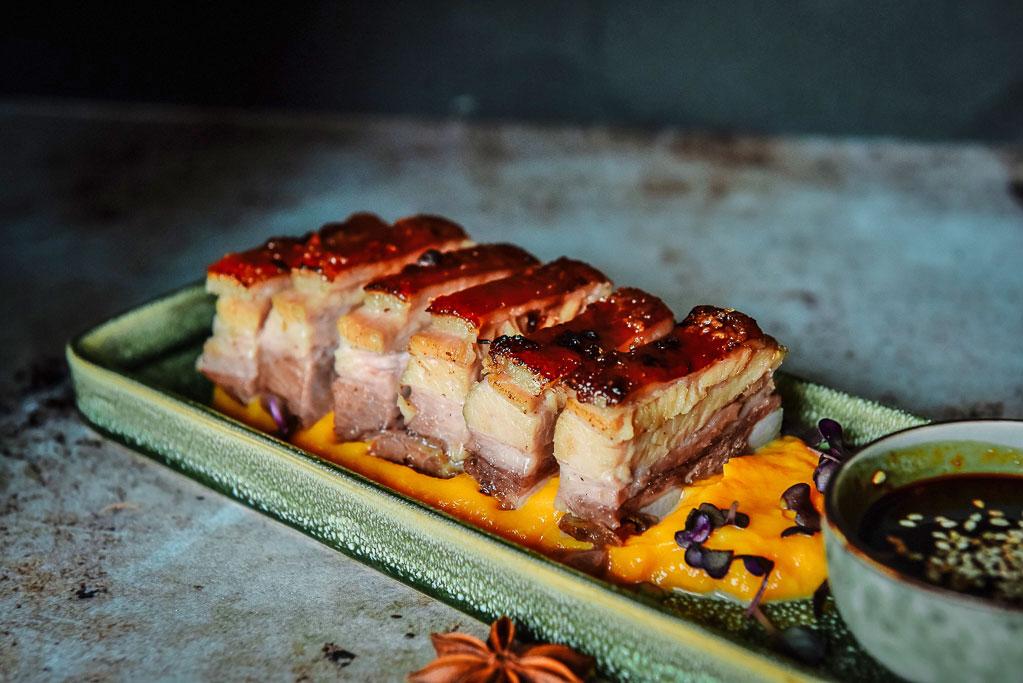 Confierter Schweinebauch mit Karamellkruste
